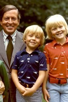 1975 präsentiert sich Prinzessin Beatrix mit Ehemann Claus und ihren drei blonden Söhnen Willem-Alexander (rechts), Prinz Johan Friso und Prinz Constantijn.