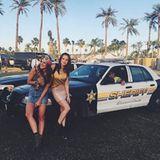 """""""We shot the sheriff"""": Janina Uhse posiert vor einem amerikanischen Polizeiwagen."""