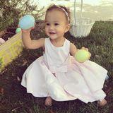 Luna, die bezaubernde Tochter von John Legend und Chrissy Teigen, freut sich über die Ostereier.