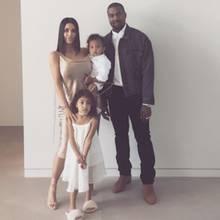 Kim Kardashian teilt ein hübsches Familienfoto von sich, Ehemann Kanye West und den Kindern North und Saint.