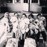Gwyneth Paltrow postet zu Ostern dieses süße Foto von ihren Kindern. Apple (Mitte) und Moses Martin (zweiter von rechts) senden Ostergrüße an alle.