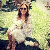 Ayda Field kuschelt gleich mit einer ganzen Hasenfamilie.