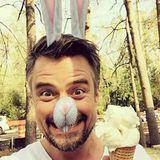 Ein Bunny mit ner Kugel Eis gesichtet! Es ist Josh Duhamel, der sich sichtlich freut über die kühle Erfrischung.