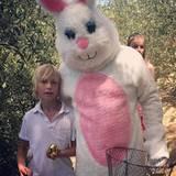 Sasha Schreiber freut sich auch mit neun Jahren über den Osterhasen, besonders wenn er ein goldenes Ei bekommt.