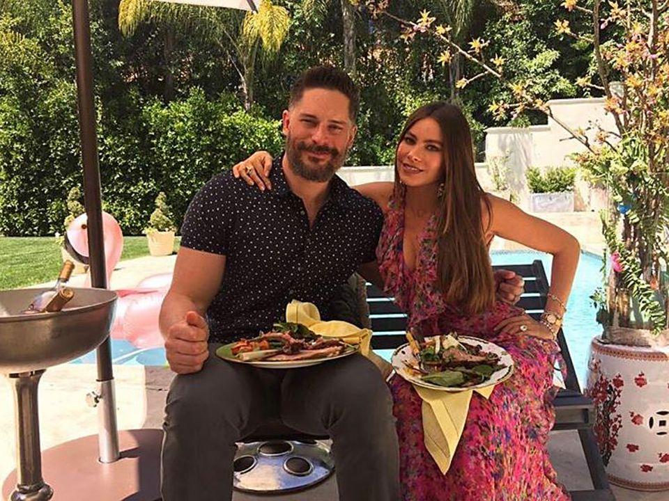 Joe Manganiello und Sofia Vergara haben zu Ostern Familie und Freunde zum Essen eingeladen. Ganz unkonventionell wird am Pool gegessen.