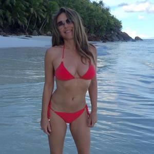 Wie macht sie das nur? Elizabeth Hurley sieht man ihre 51 Jahre nicht an. Im roten Bikini posiert sie auf der Seychellen-Insel Frégate. Uns stockt nicht nur beim Anblick des Traumstrandes der Atem...