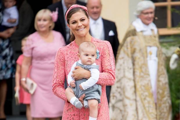 Schon bei der Taufe von Prinz Alexander von Schweden trug Victoria dieses schöne Kleid von Elie Saab für stolze 4400 Euro. Somit umso besser, dass sie das Midikleid nicht im Schrank herumhängen lässt.