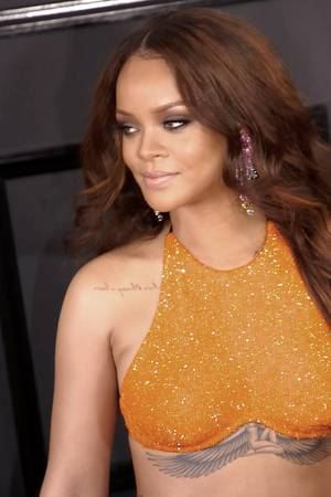 Rihanna im orangenen Top