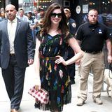 Was für ein hübsches Kleid. Anne Hathaway ist ein echter Hingucker und sie werden niemals glauben, was dieses Outfit gekostet hat. Anne trägt ein Kleid vom Flohmarkt für schlappe 14 Euro!