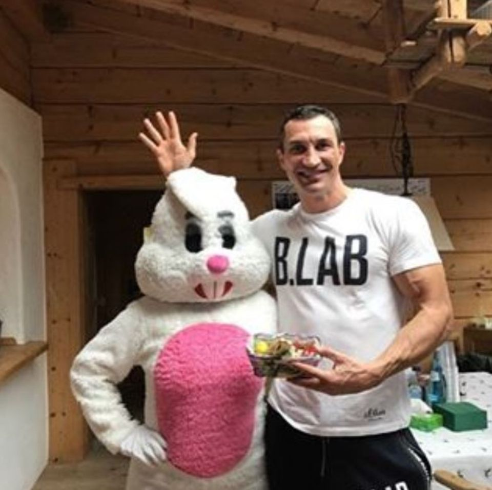 Wladimit Klitschko freut sich über den Besuch vom Osterhasen.