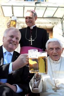 17. April 2017  Ja, richtig gesehen: Papst Benedikt XVI (r.) genehmigt sich ein frisch gezapftes Bier. Anlässlich seines 90. Geburtstags hat Bayerns Ministerpräsident Horst Seehofer (li.) den emeritierten Papst im Vatikan besucht.