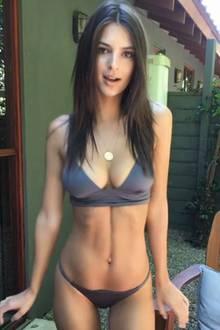 Emily Ratajkowski will sich keine Gedanken um ihr Outfit machen und wählt daher lieber gleich nur einen Bikini.
