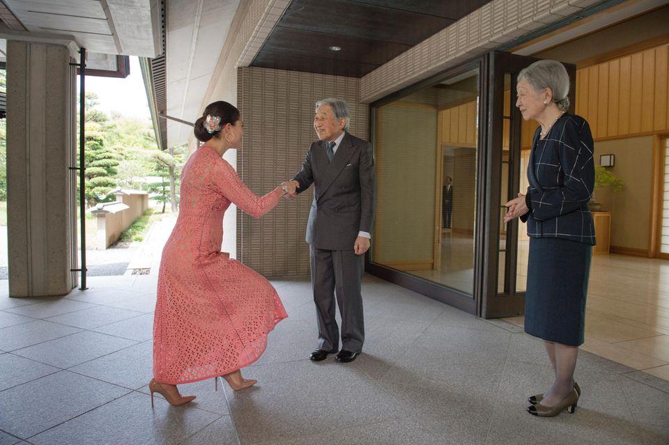 18. April 2017  Auch eine Kronprinzessin muss mal einen Knicks machen: Prinzessin Victoria besucht Kaiser Akihito und Kaiserin Michiko in Japan.