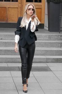 Während Sylvie am Abend auf knappe Kleider setzt, zeigt sie sich tagsüber in einem eleganten Look mit Lederhose, Bluse und Blazer.