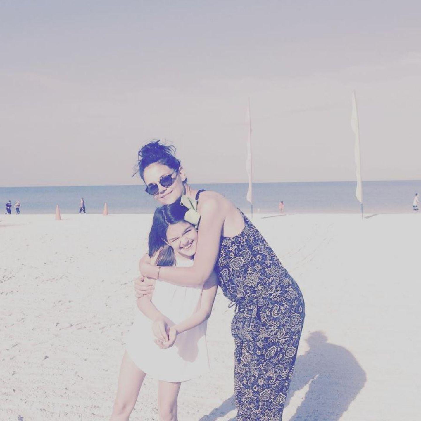 17. April 2017  Tochter Suri Cruise und Mutter Katie Holmes genießen schönes Strandwetter in Miami. Aber auch etwas Action war an der Tagesordnung...