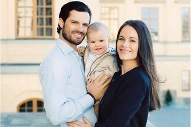 19. April 2017  Prinz Alexander wir heute ein Jahr alt. Das feiert das schwedische Königshaus mit wunderschönen neuen Fotos des kleinen Prinzen. Stolz posieren die Eltern Prinz Carl Philip und Prinzessin Sofia mit dem süßen Wonneproppen.