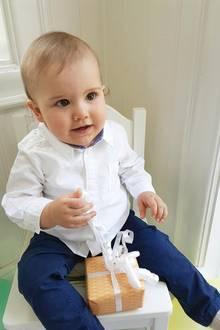 19. April 2017  Noch etwas skeptisch beäugt das Geburtstagskind seine Geschenke. Den Moment des Auspackens hält Carl Philip selbst mit der Kamera fest.