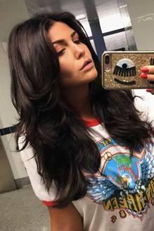 Mit fast schwarzen Haaren verlässt Farina Los Angeles. Ein ganz neuer Look, der ihr zum frisch gebräunten Teint aber wirklich gut steht.