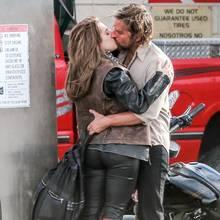 """17. April 2017  Bradley Cooper tauscht auf diesem Bild heiße Küsse mit niemandem geringeren als Lady Gaga aus. Doch keine Sorge, der Schauspieler ist nicht beim Fremdknutschen erwischt worden, sondern steht mit der Sängerin gemeinsam für den Musicalfilm """"A Star Is Born"""" vor der Kamera."""