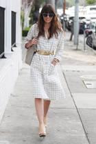 Über die Schuhe kann man streiten, – über den Gürtel nicht. Jessica Biel kombiniert das goldene Blatt zum Hemdblusenkleid