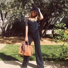 In Frühlingstimmung gerät Rosie Huntington-Whiteley mit ihrem schwarzen, bequem-stylischen Jumpsuit von Paige. Kombiniert mit passendem Streifen-Shirt, versteckt das Outfit ihren eigentlich gar nicht mehr so kleinen Babybauch aber doch noch ganz gut. Schwarz kaschiert eben!