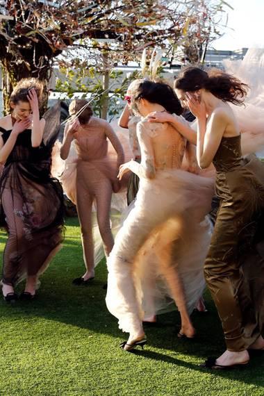 """19. April 2017  Bei der Probe zur """"Christian Dior Haute Couture Spring-Summer 2017"""" Liveshow sind die Models auf ein unerwartetes Hindernis gestoßen: Starke Windböen haben es unmöglich gemacht zu posieren und für lustige Aufnahmen, wie dieses Foto beweist, gesorgt."""