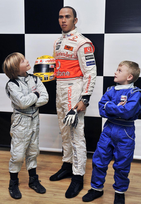 Billy Monger, im Alter von neun Jahren, zusammen mit der Wachsfigur von Lewis Hamilton und seinem Rennfahrer-Kollegen Miles Apps, 8