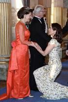 Formvollendet und mit tiefem Hofknicks begegnet Prinzessin Mary Königin Silvia. Ehemann Frederik muss aufpassen, nicht auf ihr Kleid zu treten.  Man könnte meinen, das dänische Kronprinzenpaar und Schwedens Königspaar blieben so förmlich, aber ...
