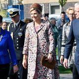 Wenn Königin Máxima lacht, geht die Sonne auf. Zu ihrem floralen Frühlings-Mantel kombiniert die Ehefrau von König Willem-Alexander stilsicher hellbraune Accessoires.Máxima ist immer ein echter Hingucker!