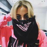 Lady Gaga weiß sich gegen den staubigen Sand in der kalifornischen Wüste zu helfen: Sie verbirgt ihr Gesicht hinter einem Halstuch von Alexander Wang, sodass nur ihre Augen zu sehen sind. Diese umrahmt sie mit viel Lidschatten und zieht einen breiten Kajalstrich an ihrem unteren Lid.