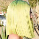 Nein, das ist kein Tennisball. Das ist der Kopf von Kylie Jenner. Am ersten Tag auf dem Coachella setzt sie sich eine schrille Perücke auf.