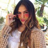 Hana Nitsche hat sich für ihren Beauty-Look von den Hippies inspirieren lassen. Deswegen greift sie zu Zopfband, runder Brille und Fransen-Ohrringen.