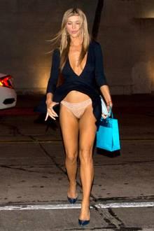 Huch, hier weht wohl nicht nur ein leichtes Lüftchen. Model und Schauspielerin Joanna Krupa widerfährt hier ein wirklich peinliches Mode-Malheur auf dem Weg zum Dinner. Der hübschen Blondine fliegt ihr gesamtes Kleid hoch und legt ihr hautfarbenes Höschen frei.