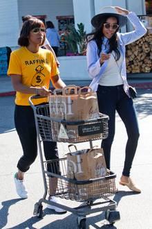 """Zwei Drittel von """"Destiny's Child"""" gehen shoppen: Kelly Rowland und eine mit dem Wind kämpfende Michelle Williams haben den Einkaufswagen gut gefüllt."""