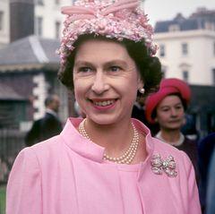 Mit 41 Jahren wählt Queen Elizabeth dieses blumige Exemplar, das mit kleinen Blüten und großer Schleife verziert ist.