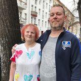 Fußballfan Manuel und seine Mutter Sylvia sind bereit für die Suche nach der Einen.