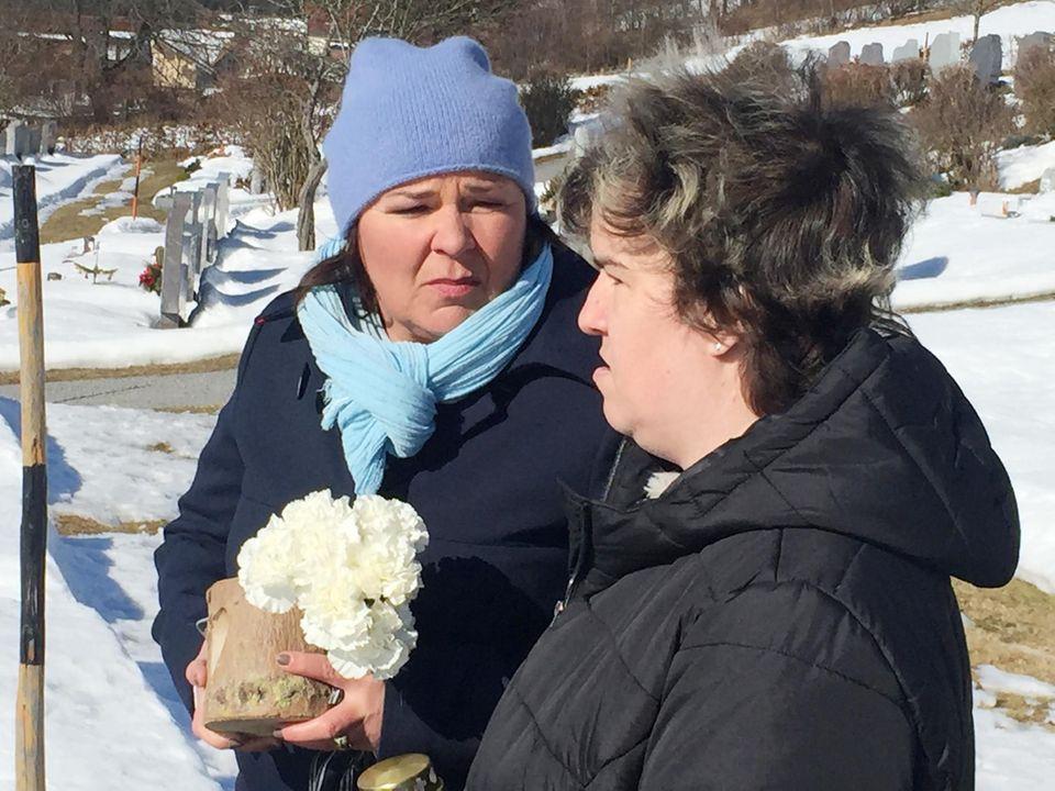 Vera Int-Veen und Beate besuchen das Grab von Mutter Irene.