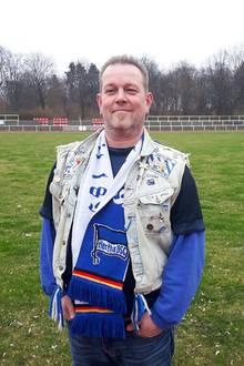 """Manuel sucht nach einer Frau, die seine Leidenschaft für den Verein """"Herta-BSC-Berlin""""teilt."""