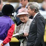 21. April 2017  Ganz still feiert die Queen dann doch nicht. Ohne Parade und ohne Balkonszene, dafür um so fröhlicher lässt sich die Queen auf der Rennbahn in Newbury sehen. Und als echter Enthusiast bespricht sich die Jubilarin vor dem Rennen noch mit dem Jockey ihres Pferdes und ihrem Rennmanager John Warren.