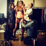 """Heidi Klum gewährt auf Instagram einen Blick hinter die Kulissen des Shootings für ihre Unterwäsche-Linie """"Heidi Klum Intimates"""". Der durchtrainierte Körper der 43-jährigen Vierfach-Mama kann sich mehr als sehen lassen. Nicht nur in sexy Lingerie ist sie ein echter Hingucker."""