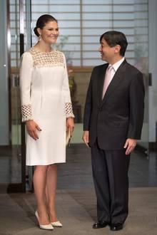 Für das Dinner mit dem japanischen Kronprinzen Naruhito und seiner Frau Masako hat sich Victoria für dienen eleganten, weiß-goldenen Look entschieden.