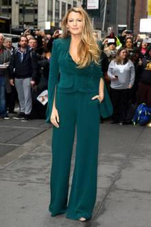 """Im dunkel-smaragdgrünen Outfit mit elegantem Jumpsuit und raffiniert geschnittenem Blazer ist Blake Lively bei der """"Variety's Power of Women""""-Gala ein toller Blickfang."""