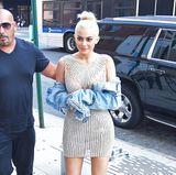 Glamour trifft Gammel: Das glitzernde Mini-Kleid kombiniert Kylie nicht ganz passenderweise mit einer runtergerockten Jeans-Jacke.