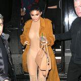 Diese Transparenz war wohl gewollt. Kylie Jenners nudefarbener Bodysuit lässt keine Fragen offen, das kann auch lederne Trenchcoat nicht verhindern.