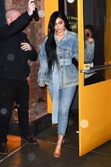 Im kompletten Denim-Outfit mit 80er-Jeans-Jacke setzt Kylie Jenner ein echtes Fashion-Statement.