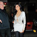 Nein, Kylie, das perlenbesetzte, weiße Mini-Kleid passt wirklich, wirklich nicht mit den klobigen Schnür-Overknees zusammen.