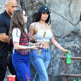 Sich ganz normal und sportlich wie eine 19-Jährige mit Jeans, Bustier-Top und weißen Turnschuhen kleiden, kann Kylie auch.