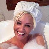 """""""Wie in Omas Zeiten"""", schreibt Daniela Katzenberger zu diesem witzigen Schnappschuss in der Badewanne. Was ihr Lucas wohl zu der """"sexy"""" Badehaube sagt?"""