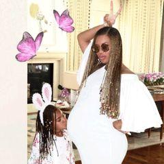 Dieses süße Foto von ihrem Oster-Wochenende postete Beyoncé am Sonntag (23. April) auf ihrer Webseite. Töchterchen Blue Ivy trägt einen Haarreif mit Hasenohren und küsst Beyoncé beachtlichen Babybauch. Die Kleine freut sich auf ihre Geschwister.