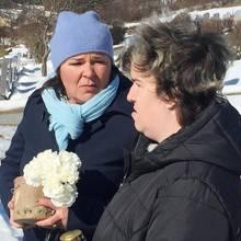 Vera Int-Veen + Beate Fischer am Grab von Irene Fischer